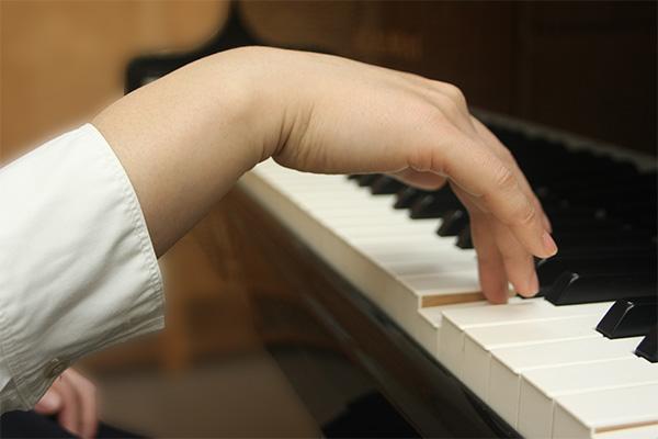 ピアノ姿勢 悪い手もと