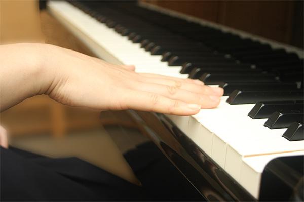 ピアノ姿勢 悪い手もと例